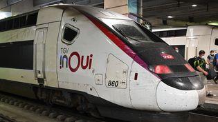 Un train TGV inOui en gare de Montparnasse, à Paris, le 13 septembre 2020. (ESTELLE RUIZ / HANS LUCAS / AFP)