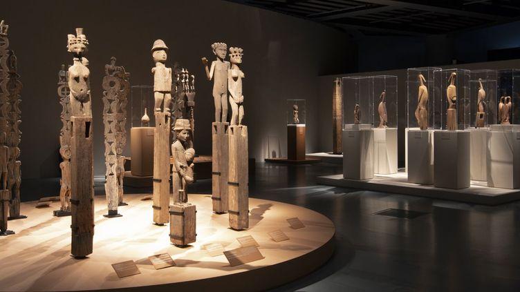 «Poteaux funéraires» présentés à l'exposition du musée du quai Branly, à Paris. (Musée du quai Branly - Jacques Chirac, photo Gautier Deblonde)
