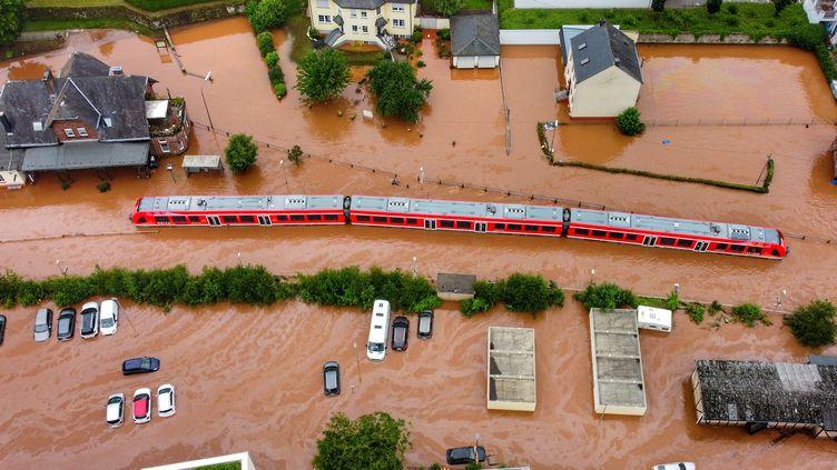 Un train régional bloqué par des inondations, le 15 juillet 2021, à Kordel (Allemagne). (SEBASTIAN SCHMITT / DPA / AFP)
