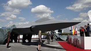 """L'avion de combat au cœur du """"Système de combat aérien du futur"""" (SCAF) présenté au Bourget le 17 juin 2019. (BENOIT TESSIER / POOL)"""