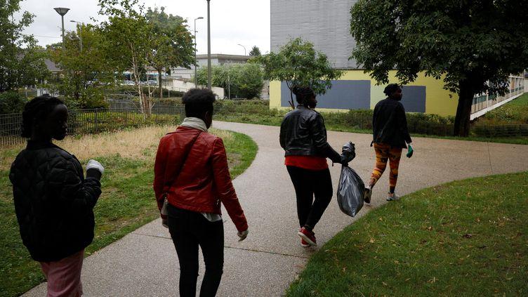 Des jeunes de Sartrouville, ici participant à un challenge pour nettoyer leur cité en 2019, réitèrent actuellement pour aider femmes de ménage et soignants face au coronavirus. (GEOFFROY VAN DER HASSELT / AFP)