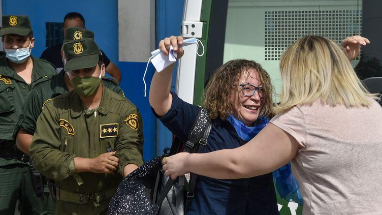 Amira Bouraoui à la sortie de prison de Koléa, le 2 juillet 2020. (RYAD KRAMDI / AFP)