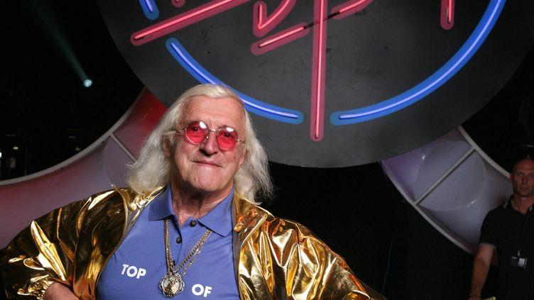 """L'animateur d'émissions pour enfants de la BBC Jimmy Saville, le 30 juillet 2007, dans les coulisses du show """"Top of the Pops"""". (MARK ALLAN / MAXPPP)"""