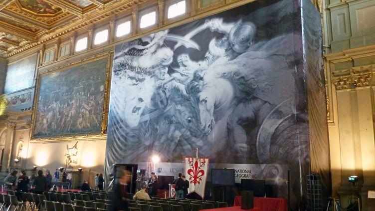 Une bannière présente La Bataille d'Anghiari,la fresque de Léonard de Vinci qui serait cachée derrière une peinture de Giorgio Vasari, dans l'une des salles du Palazzo Vecchio, à Florence (Italie), le 12 mars 2012. (DARIO THUBURN / AFP)