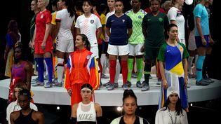 Des joueuses de toutes les nations représentées à la Coupe du monde féminine de football, lors de la présentation de la compétition, le 11 mars 2019 à Paris. (LIONEL BONAVENTURE / AFP)