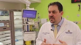 Le docteur Joseph Sakran est le directeur des urgences chirurgicales de Johns Hopkins, l'un des plus prestigieux hôpitaux américains, près de Baltimore.  (CAPTURE ECRAN FRANCE 2)
