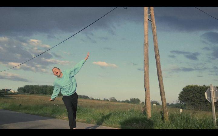 """Hervé, surexcité dans son clip """"Maelström"""", qu'il réalise avec son smartphone après le confinement. (Initial/Universal)"""