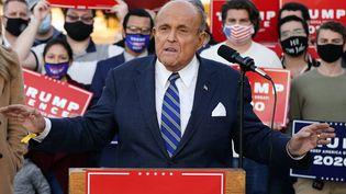 Rudy Giuliani, avocat de Donald Trump, prend la parole lors d'une conférence de presse pour demander un nouveau comptage des voix en Pennsylvanie(Etats-Unis), le 4 novembre 2020. (MATT SLOCUM / AP / SIPA)