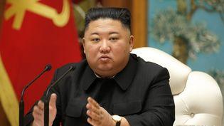 Le dirigeant nord-coréen Kim Jong Un lors d'une réuniondu bureau politique du parti au pouvoir, le 29 décembre 2020. (STR / KCNA VIA KNS / AFP)
