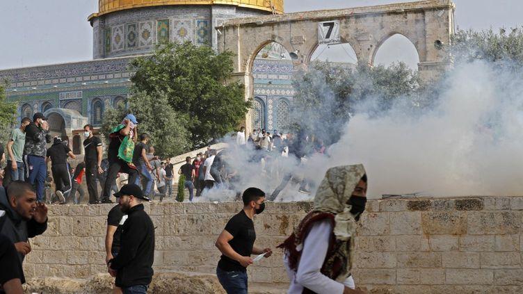 Des affrontements entre des manifestants palestiniens et les forces de sécurité israéliennes ont eu lieu sur l'esplanade des Mosquées, à Jérusalem, le10mai 2021 (AHMAD GHARABLI / AFP)