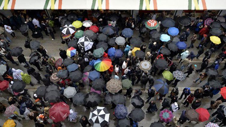 Les parapluies ont fleuri dans les travées de Roland-Garros