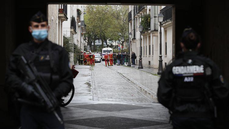 """Les forces de l'ordrebloquent la rue menant au lieu de l'attaque au couteau à Paris où deux personnes ont été blesséesprès des anciens locaux de """"Charlie Hebdo"""", le 25 septembre 2020. (GEOFFROY VAN DER HASSELT / AFP)"""