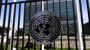 Le logo des Nations unies devant les bâtiments de son siège à New York. Photo d'illustration. (VINCENT ISORE / MAXPPP)