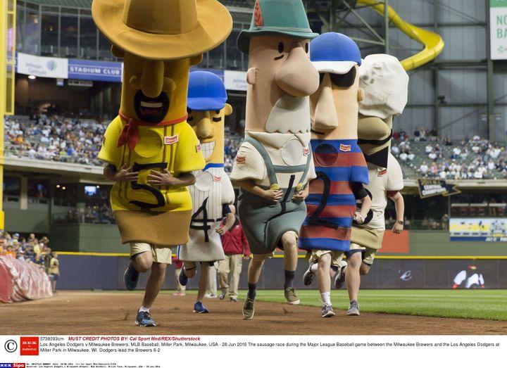 La course de saucisses précédant les matchs des Milwaukee Brewers, ici le 28 juin 2016 avant un match face aux Dodgers de Los Angeles. (CAL SPORT MED/SHUTTERST/SIPA / REX)