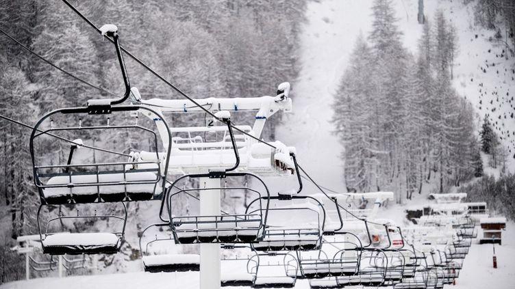 Des télésièges vides à la station de ski Val-d'Isère (Savoie), le 12 décembre 2020. (JEFF PACHOUD / AFP)