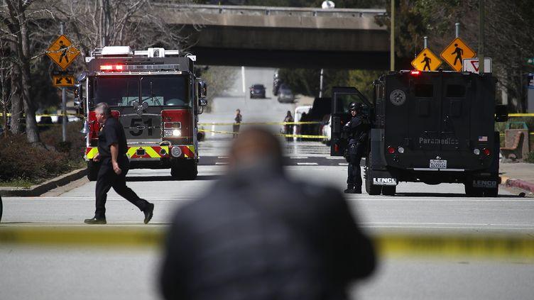 Des forces de police sont déployées aux abords du siège de YouTube, à San Bruno (Californie), aprèsdes coups de feu, le 3 avril 2018. (JUSTIN SULLIVAN / GETTY IMAGES NORTH AMERICA / AFP)