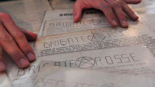 Des tracts de propagande rédigés par les Brigades rouges annonçant le meurtre de l'ancien Premier ministre italien Aldo Moro, exposées le 27 mars 2012 à Milan. (GIUSEPPE CACACE / AFP)