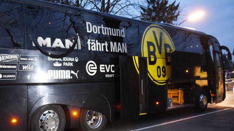 Le bus du Borussia Dortmund après les interpellations (PATRIK STOLLARZ / AFP)