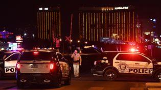 Des voitures de police à Las Vegas (Etats-Unis) dans la nuit du 1er au 2 octobre 2017. (MARK RALSTON / AFP)