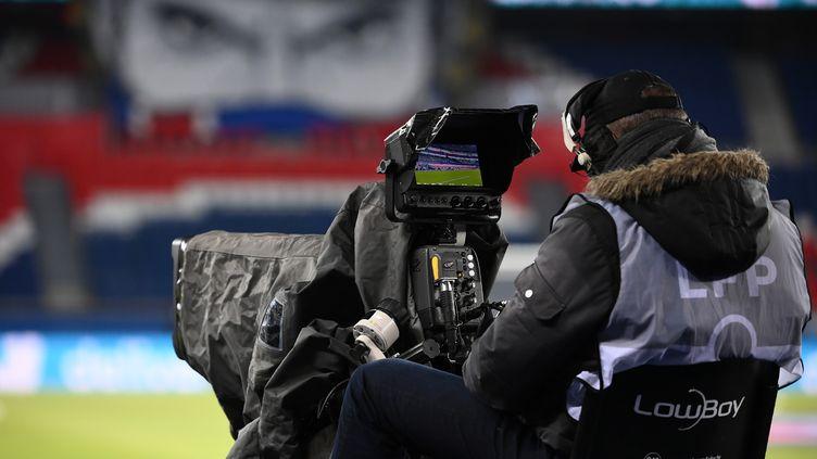Un caméraman lors d'un match de Ligue 1 entre le Paris-Saint Germain and Montpellierau Parc des Princes, le 22 janvier 2021 à Paris. (FRANCK FIFE / AFP)