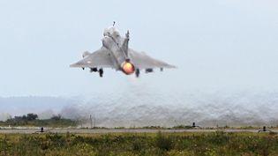 Un Mirage 2000décolle de la base de Solenzara en Corse lors d'un exercice en mars 2016.  (PASCAL POCHARD-CASABIANCA / AFP)