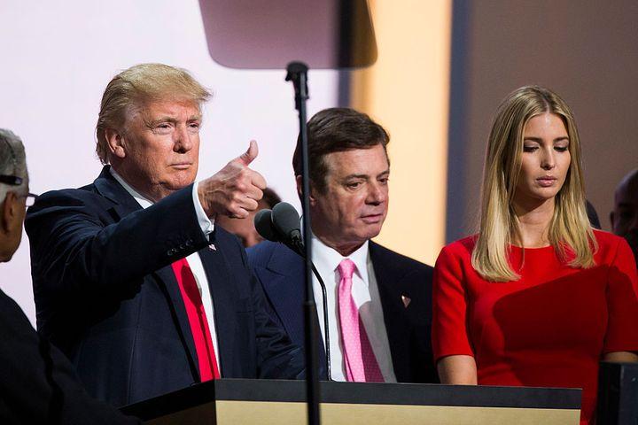 Donald Trump (G), Paul Manafort, son directeur de campagne (C), et Ivanka Trump (D), le 21 juillet 2016, à Clevland (Ohio, États-Unis), lors de la convention républicaine. (BROOKS KRAFT / CORBIS NEWS)