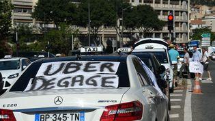Un taxi lors de la journée nationale de mobilisation contre Uber,le 25 juin 2015. (ANNE-CHRISTINE POUJOULAT / AFP)