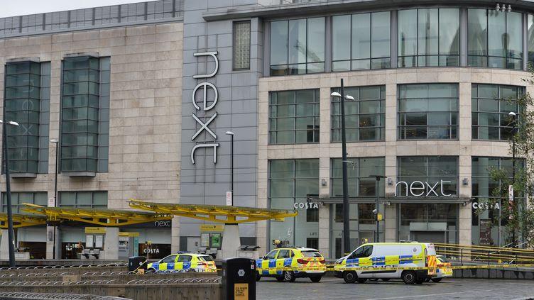 Des voitures de police devant le centre commercial où plusieurs personnes ont été poignardées à Manchester (Royaume-Uni), le 11 octobre 2019. (PETER POWELL / REUTERS)
