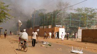 """Le Centre culturel franco-nigérien incendié lors de manifestations hostiles à """"Charlie Hebdo"""", à Zinder, la deuxième ville du Niger, le 16 janvier 2015. (AFP)"""