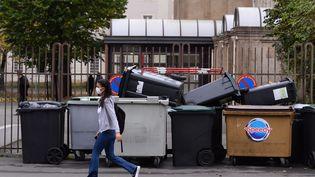 Des poubelles bloquant l'entrée d'un lycée à Angers (Maine-et-Loire) lors d'un précédent mouvement lycéen, le 10 novembre 2020. (MAXPPP)