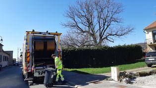 Un éboueur collecte les déchets ménagers en Haute-Marne. (RÉMI BRANCATO / RADIO FRANCE)