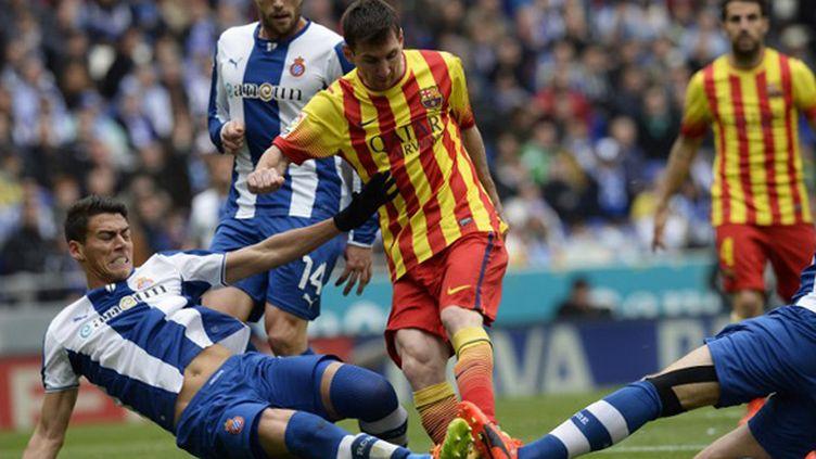 Lionel Messi (FC Barcelone) pris dans la tenaille de l'Espanyol (LLUIS GENE / AFP)