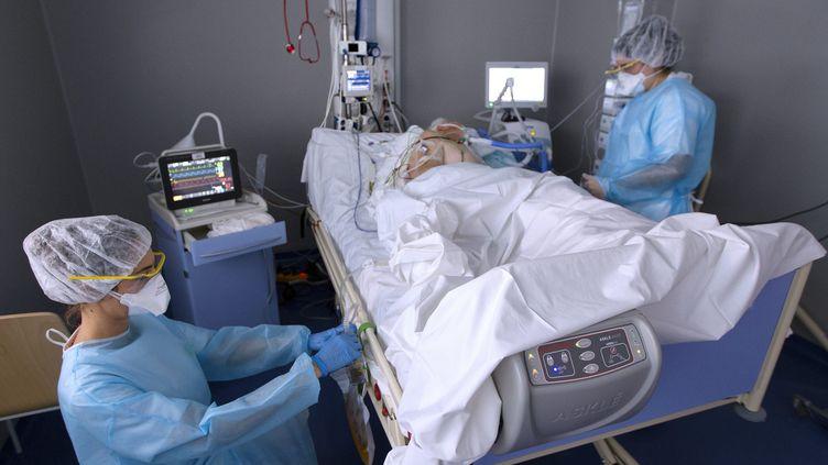 Dans une unité Covid à la clinique Saint-Jean de Montpellier le 19 ocotbre 2020. (GUILLAUME BONNEFONT / MAXPPP)