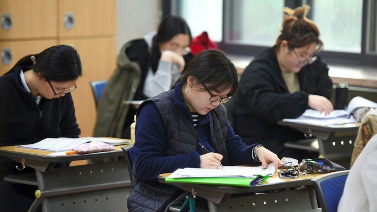 Des étudiantes passent l'examen d'entrée à l'université, dans un lycée de Séoul (Corée du Sud), le 17 novembre 2016. (JUNG YEON-JE / AFP)