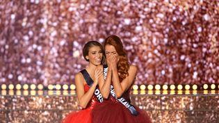 Miss Corse, Eva Colas, félicite la Nordiste Maëva Coucke, élue Miss France 2018, le 16 décembre 2017, à Châteauroux (Indre). (GUILLAUME SOUVANT / AFP)
