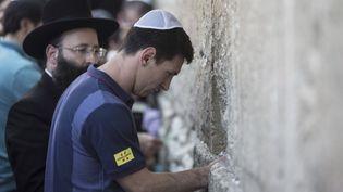Lionel Messi, très apprécié autant par les Palestiniens que par les Israéliens, était venu se recueillir sur au Mur des lamentations en août 2013. (OLIVER WEIKEN / AFP)