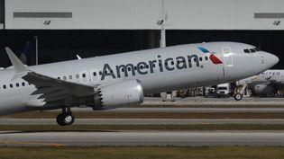 Le Boeing 737 MAX, sous les couleurs d'American Airlines,à l'aéroport de Miami, en Floride (Etats-Unis), le 29 décembre 2020. (JOE RAEDLE / GETTY IMAGES NORTH AMERICA / AFP)