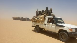 Des soldats de l'armée tchadienne lors d'une opération à Ziguey, dans laprovince du Kanem (Tchad), le 19 avril 2021. (ABDOULAYE ADOUM MAHAMAT / ANADOLU AGENCY / AFP)