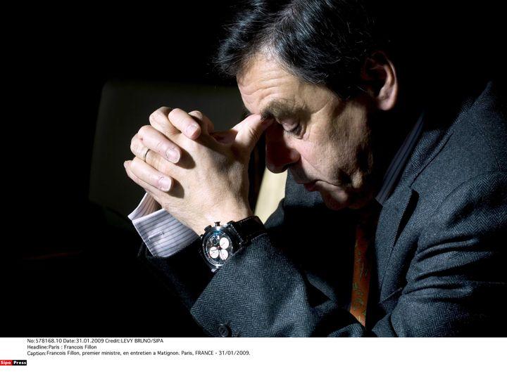 François Fillon pose avec sa montre Scuderia Ventidue, de la marque Instruments et Mesures du Temps, offerte par Pablo Victor Dana, le 31 janvier 2009, à Matignon, à Paris. (LEVY BRUNO/SIPA)
