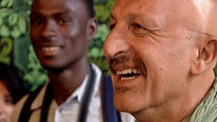 7 mois après, le sourire du photographe Reza est toujours intact, celui des jeunes est aussi apparu.  (France 3 / Culturebox)