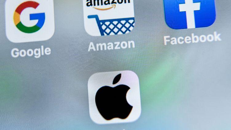 Les applications de Google, Amazon, Facebook et Apple sur une tablette exposée le 28 août 2019 à Lille (Nord). (DENIS CHARLET / AFP)