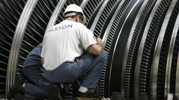 Des salariés d'Alstom interviennent sur une pièce d'un réacteurde la centrale nucléaire du Blayais, àBraud-et-Saint-Louis (Gironde), le27 septembre 2006. (JEAN-PIERRE MULLER / AFP)