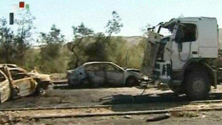 Images diffusées le 2 février 2013 par la télévision officielle syrienne. Elles montrent des véhicules endommagés, selon ce média, par un raid aérien israélien mené le 30 janvier. (AFP - Syrian TV)