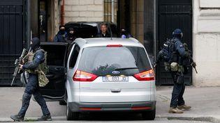 Ci-contre, l'arrivée de Salah Abdeslam en France, le 20 mai 2016, dans un convoi protégé par les gendarmes du GIGN. (MATTHIEU ALEXANDRE / AFP)