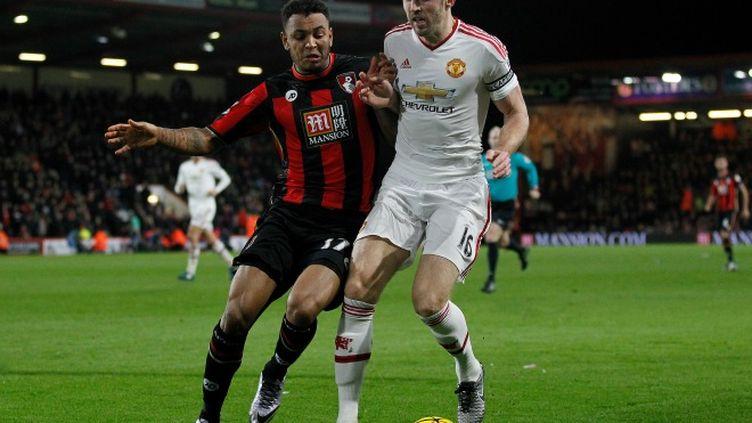 Joshua King (Bournemouth) à la lutte avec Michael Carrick (Manchester United)
