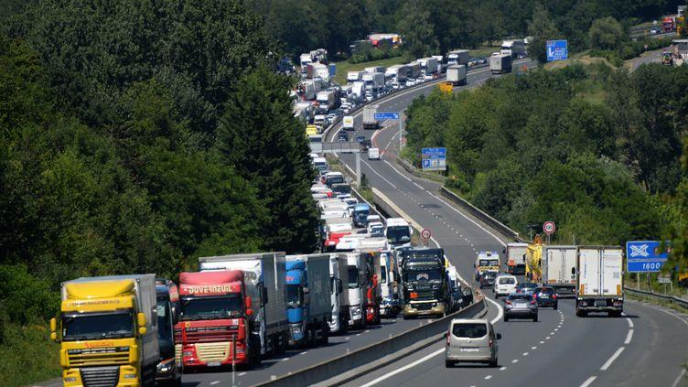 Des embouteillages sur l'autoroute A10 en Indre-et-Loire, le 26 juin 2018. (GUILLAUME SOUVANT / AFP)