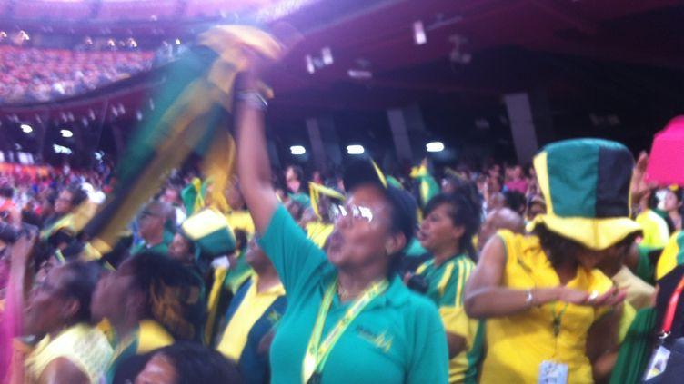 Démonstration de force et de joie des supporteurs jamaïquains dans le Nid d'oiseau