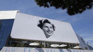 Le palais des festivals, à Cannes, porte l'affiche du 68e festival de cinéma international, le 12 mai 2015. (VALERY HACHE / AFP)
