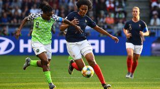La joueuse nigériane Desire Oparanozie et la défenseuse française Wendie Renard, lors du matchde Coupe du monde féminine de football opposant la France au Nigeria, le 17 juin 2019 au Roazhon Park de Rennes (Ille-et-Vilaine). (FRANCK FIFE / AFP)