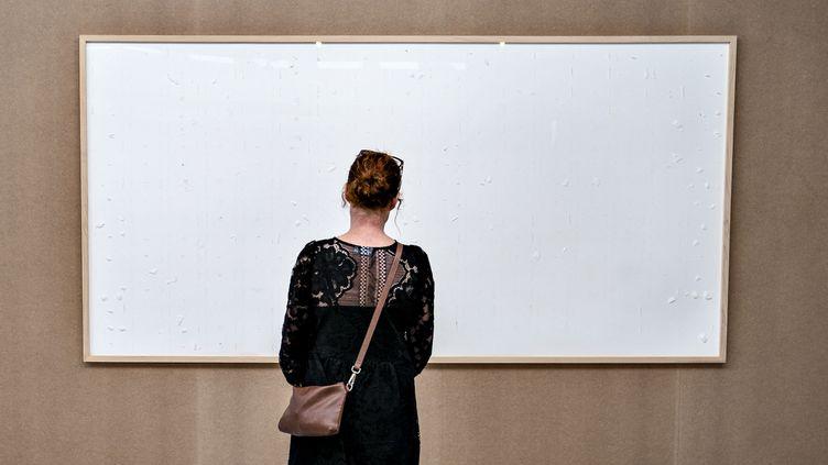 Une femme au musée Kunsten d'Aalborg (Danemark), le 28 septembre 2021. (HENNING BAGGER / RITZAU SCANPIX / AFP)